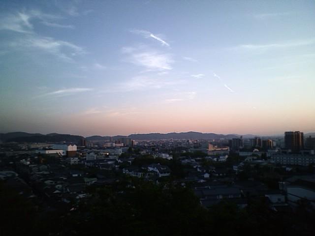 白壁の街並みを阿智神社から眺める