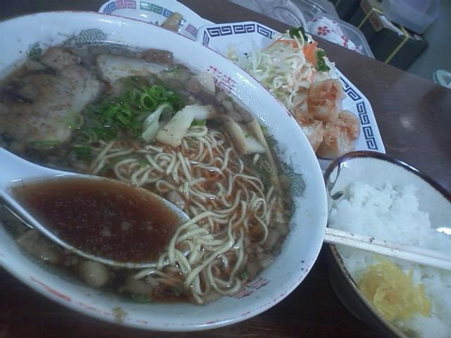 尾道ラーメン一丁 日替わり定食700円 駅のお土産屋を見てまわったが、福山名物はこれといって無いらしい