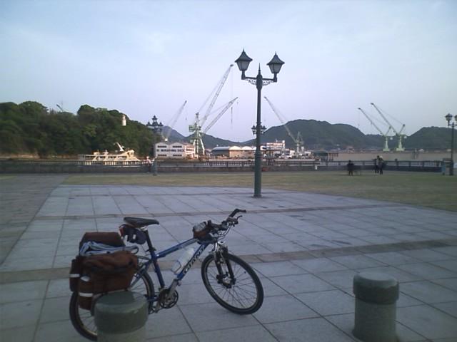 駅の前はすぐ海 造船所が見える