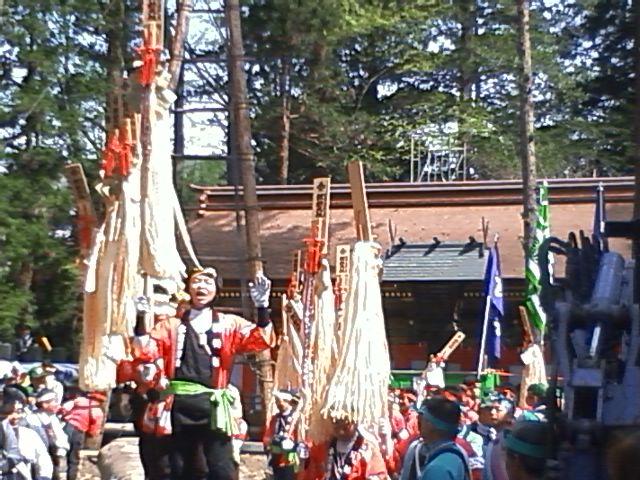 御柱祭 下社春宮 2時間前から立って待っていて柱がたつまであと2時間くらいかかる予定