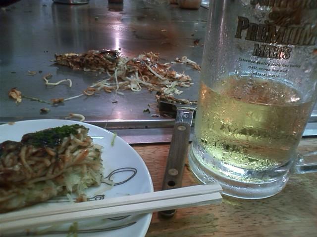 お好み焼き 735円 撮す前に大半食ってしまった。お手拭きが冷やされてるってのはやかなか無いよね。
