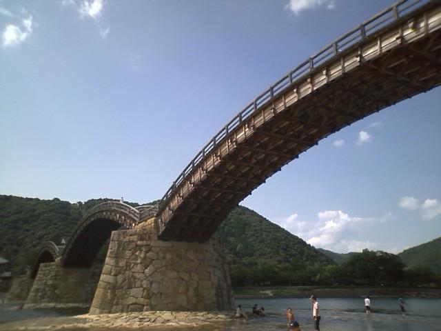 橋をわたるのに金かかるようなので、橋は渡らず橋の下の日陰で一休み