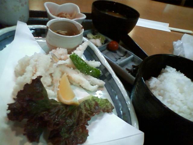 下関駅の定食屋で小ふぐの唐揚げ定食980円 カモンワーフ 唐戸市場共に人大杉で飯食えなかった。