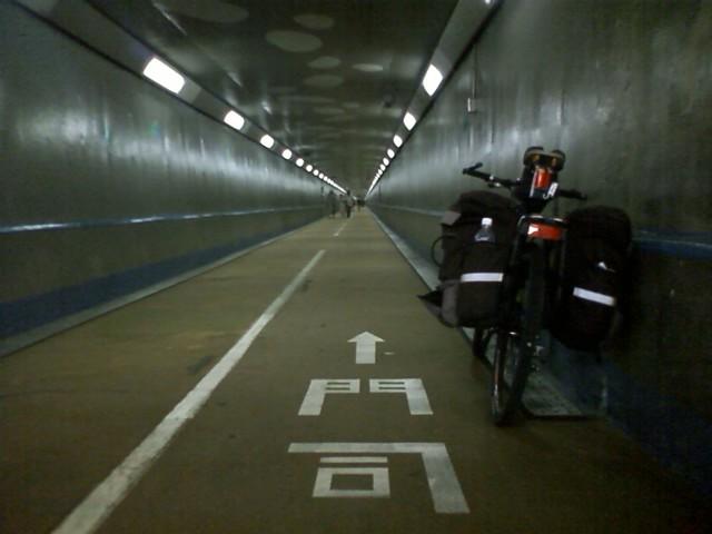 地下トンネルをひたすら押し歩きます。自転車20円 徒歩無料