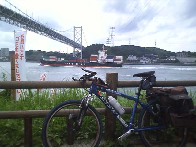 九州上陸 船がひっきりなしに通過する