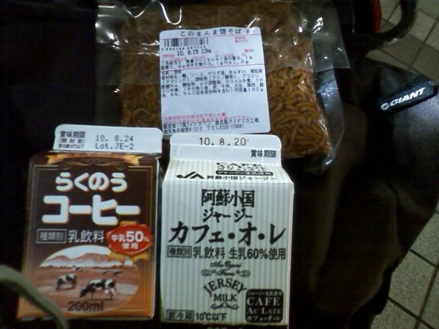 小倉駅 ampmのパンコーナー ランチパックの横になぜか焼きそば! +ご当地コーヒー×2