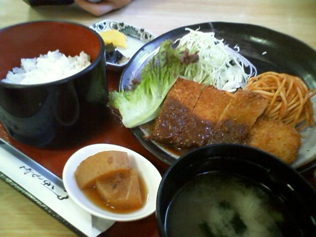 東大寺の定食屋 トンカツ定食 1100円 なんという観光地価格 11:40時点では余裕で入れた