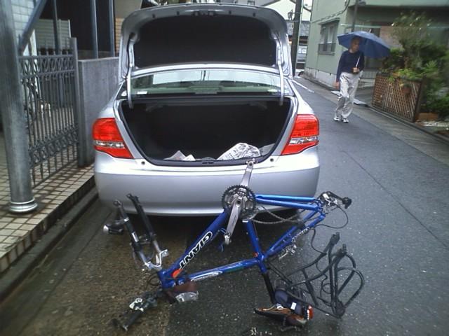 レンタカー借りてきたけど、カローラ借りてきたせいでキャリア外さないと自転車入らない