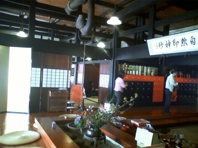 最安1000円のとろろめしを頼んでいる人が多い。