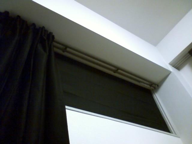 ダンボールとアルミシートと使用済みカーテンを使ってすきま風が吹く窓を埋めてみた。