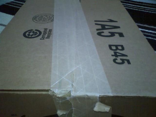 米Amazonの箱に張られているガムテに繊維が編み込まれてる! 少し斜めに張ってある!これで強度アップか