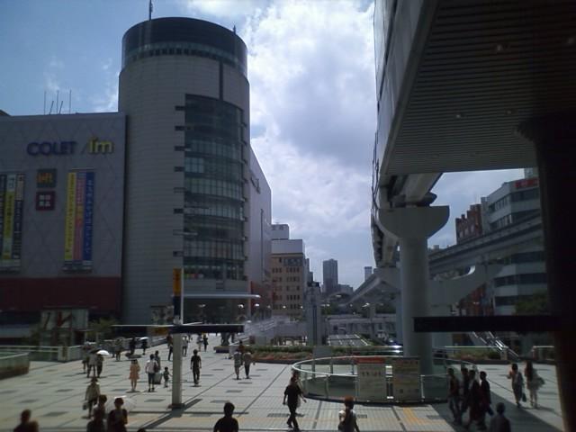小倉駅に到着。6時に起きて6時20分発の名古屋始発の新幹線自由席を寝坊で逃してしまう。