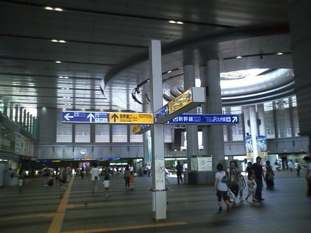 7時代ののぞみ自由席はデッキまで人がいっぱい。名古屋始発駅のひかりに乗って、こだまを乗り継いで到着。