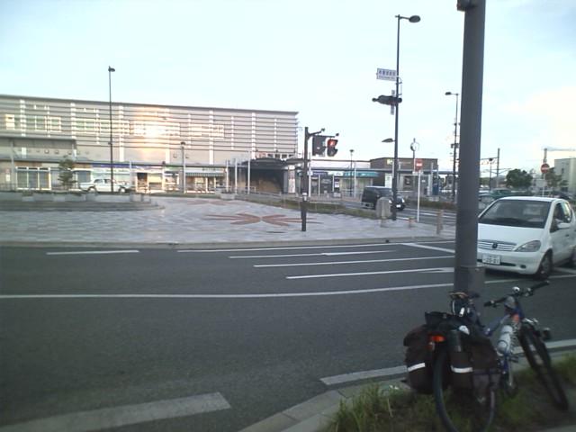 新飯塚駅 向かい風と戦いこんな時間に。そろそろ日がくれる。これ以上進むのは体力的に無料か?