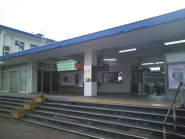 飯塚駅 走り出してすぐに雨が降り出したので駅で雨宿り。