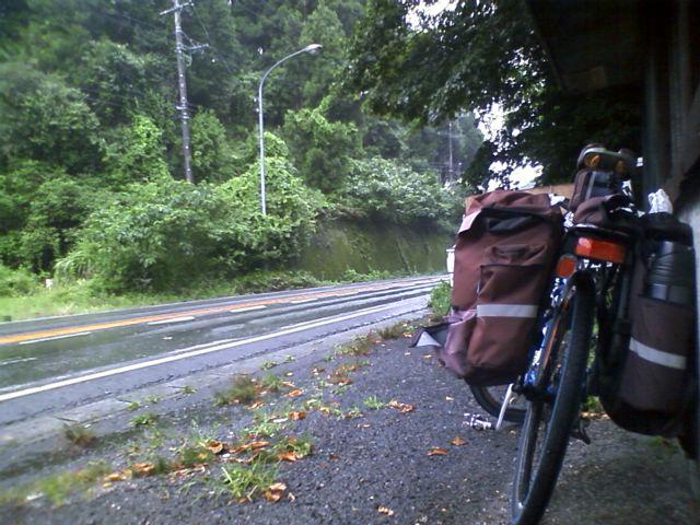 冷水峠で雨宿り。登っている時は降ってなかった。地図を眺めて雨が弱まるのを待つ。