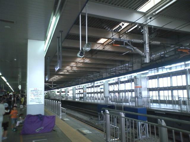 博多駅 早いな。もうついた。9時出発ののぞみ東京行き自由席に並ぶ。