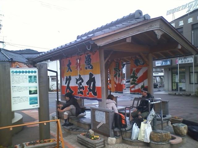浜坂駅 外に足湯があった!15分で乗り換え。ついに2両から1両に減った。