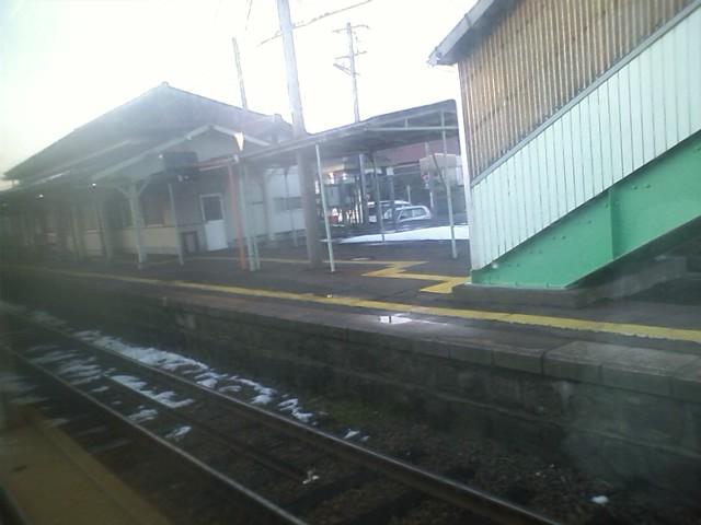 青谷駅で対抗列車待ち合わせ ようやく雪が少なくなってきた。日本海側は大変だなぁ。