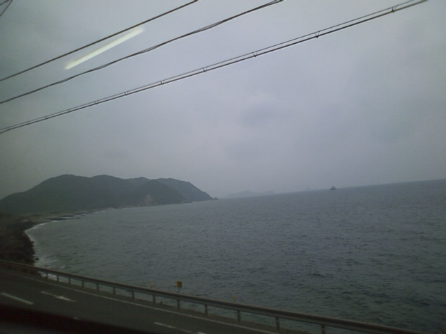 観光列車という事らしく、時々景色の良い所で止まってくれるのだが、今日はあいにくの曇り時々雨。